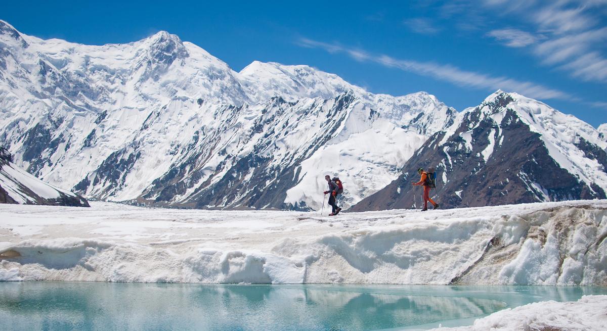 Dos alpinistas caminan por el glaciar inylchek en Kirguistán