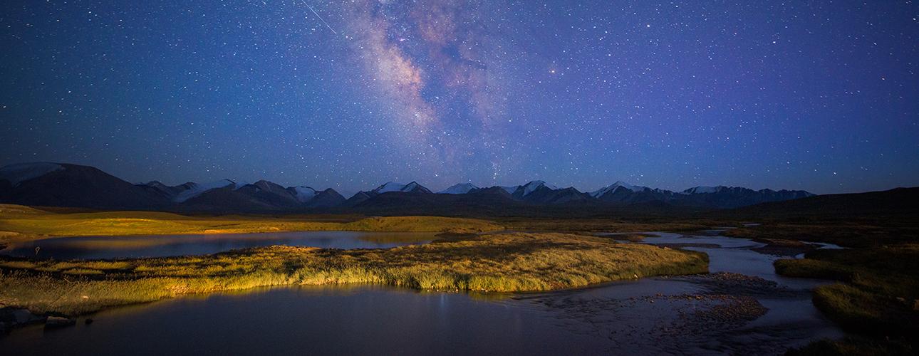 Vista nocturna de las montañas del Kirguistán
