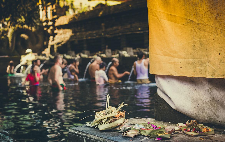 personas purificándose ritualmente en bali indonesia