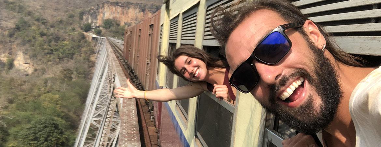 pareja asoma la cabeza en el tren en bali