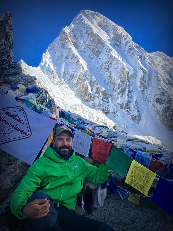 Edu Lalanda, CEO de Malamalama, en la cima del Kala Pattar (5545m) con el Pumori detrás