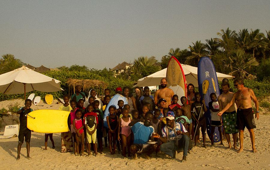 grupo de huérfanos surfeando en senegal