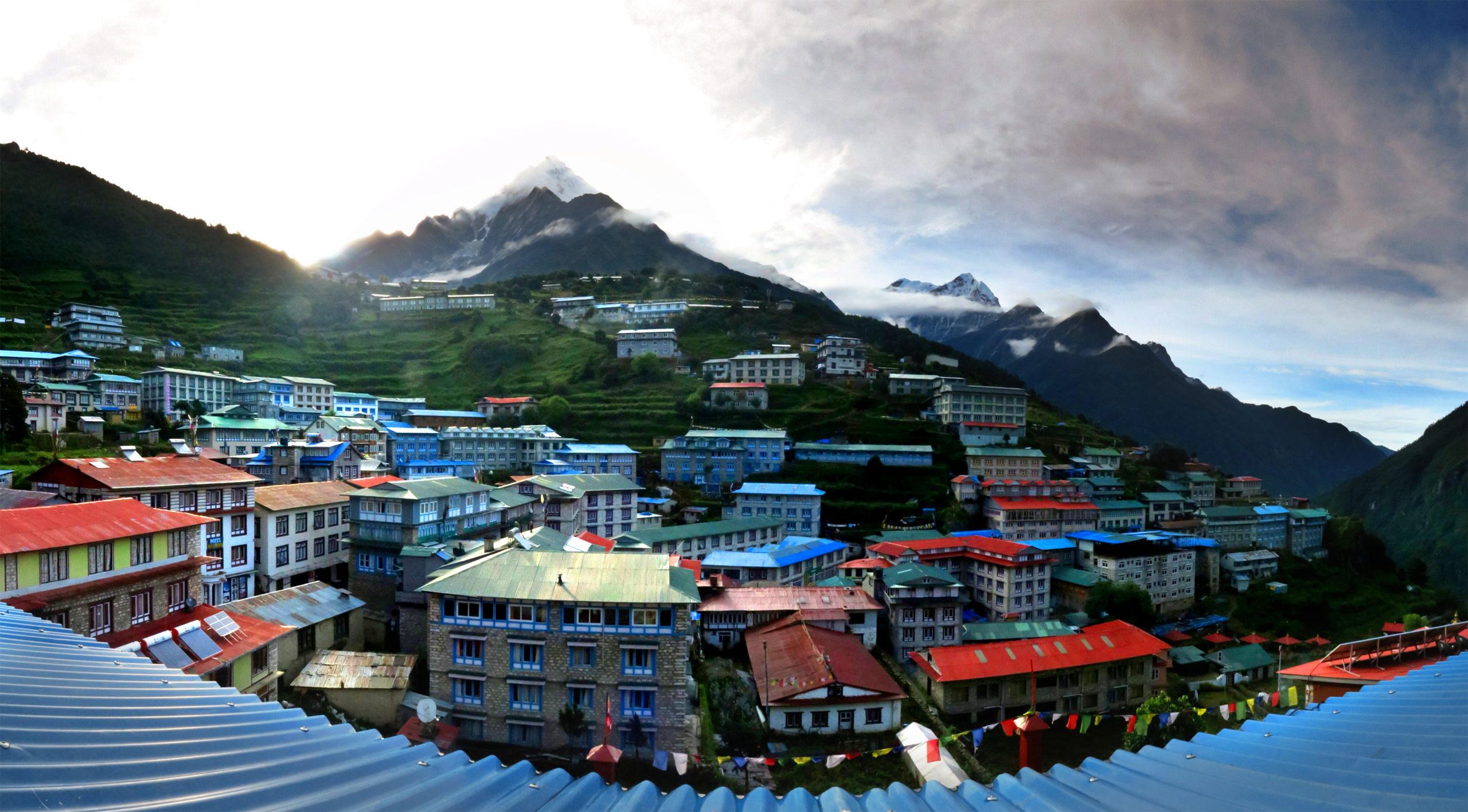 Namche Bazaar a 3.440 m, es la capital del pueblo Sherpa y centro neurálgico de la región. Foto Edu Lalanda