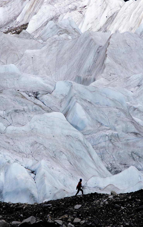 El glaciar del Khumbu es el más alto del mundo. Aunque parezca estático, está en constante movimiento y cambio. Foto Edu Lalanda