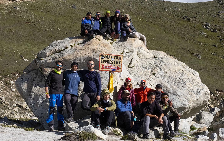 Grupo de la expedición con los cinco porters, los dos guía nepalís y uno español. Foto Malamalama Travels