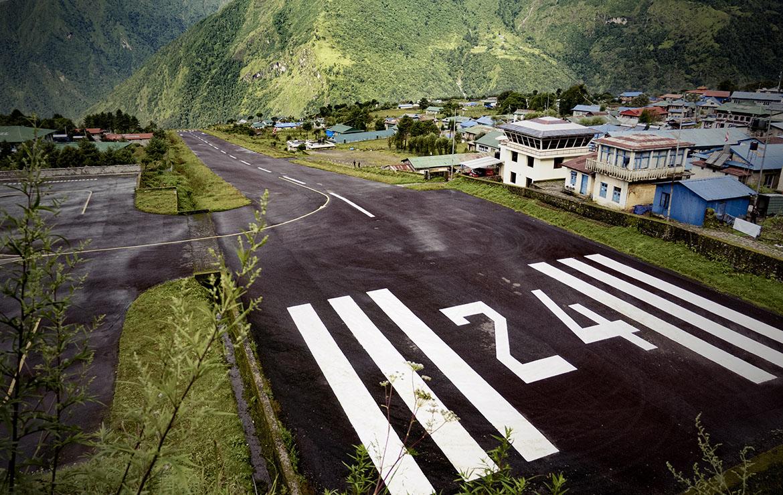 El Aeropuerto Tenzing-Hillary, en el pueblo de Lukla, en Khumbu, distrito de Solukhumbu, zona de Sagarmatha, al este de Nepal. Con solo 450 m de pista y a 2.773 metros de altitud. Foto Edu Lalanda