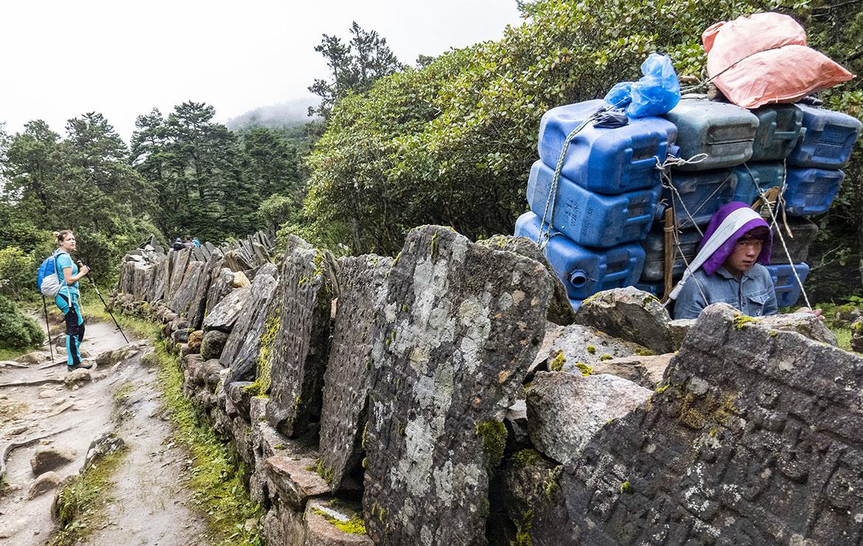 Los porters de la expedición cargan 20 kilos, pero los de mercancías llegan a llevar 100 kilos. Foto Edu Lalanda