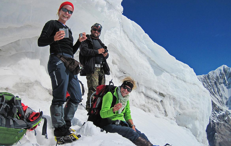 Alpinistas toman un chupito de licor para celebrar la bajada de la cumbre del khan tengri