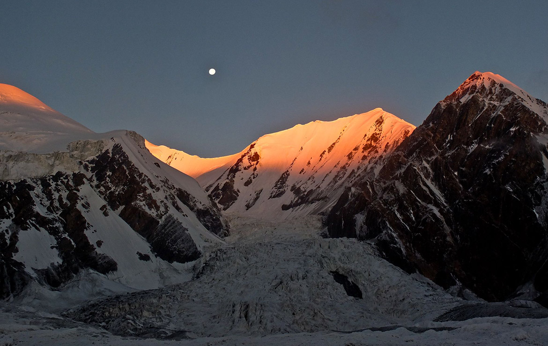 Amanece en Kirguistán con la luna llena sobre el pico Lenin