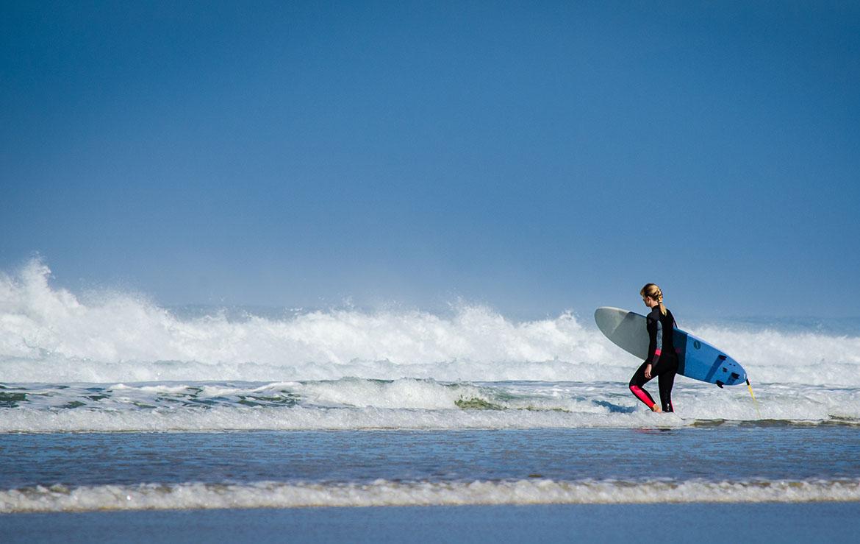 surfera entrando al agua en marruecos
