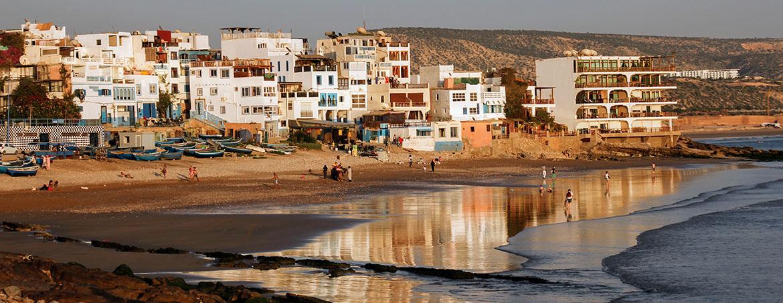 El sol se pone en la playa de surf de Taghazout, una de las mejores playas del surf de Marruecos