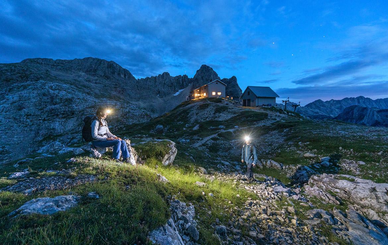 Dos personas cenan cerca de un refugio en los Alpes Julianos