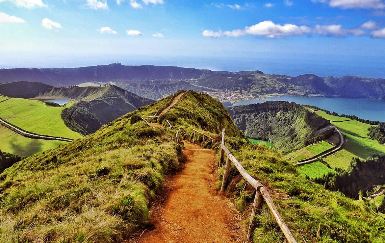 sendero hacia los volcanes en las islas azores