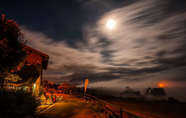 fotografía nocturna con bruma de la surfhouse de asturias