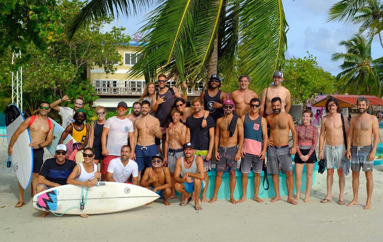 Grupo de surferos posan en la playa