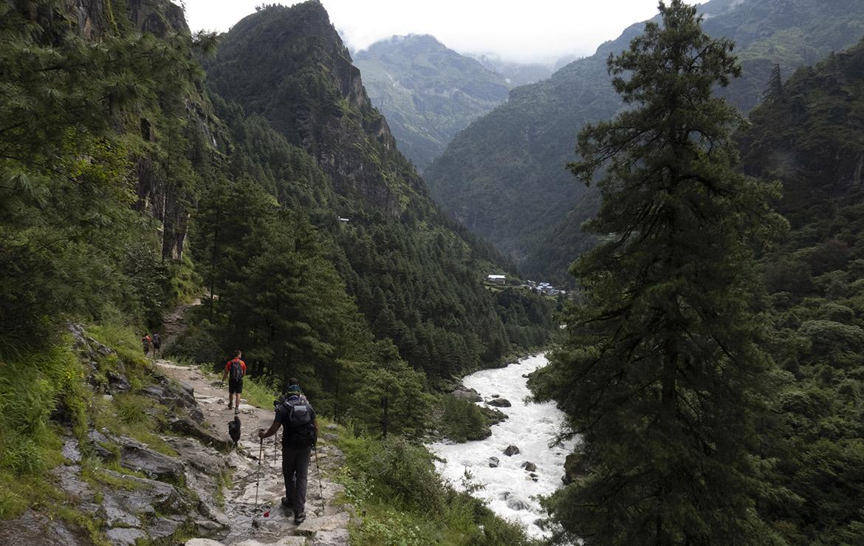Dos senderistas recorren el camino hacia el campo base del everest