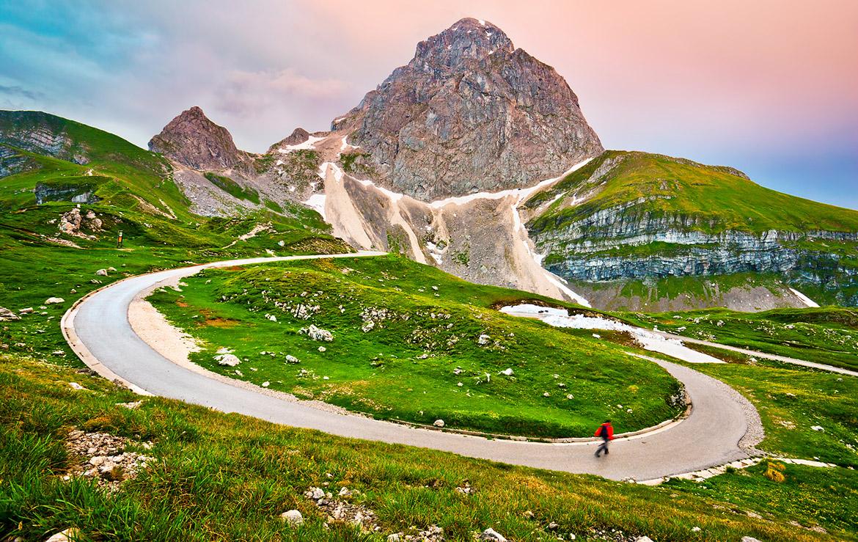 senderista recorre un camino en los alpes julianos