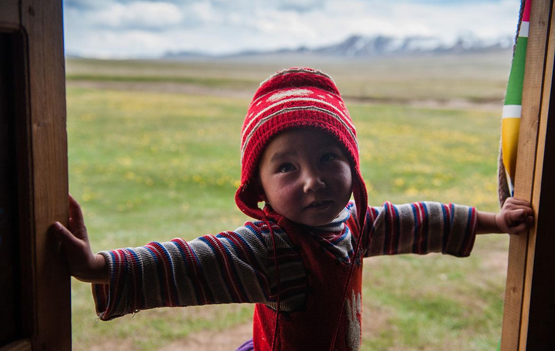 Niño kirguís a la entrada de una yunta