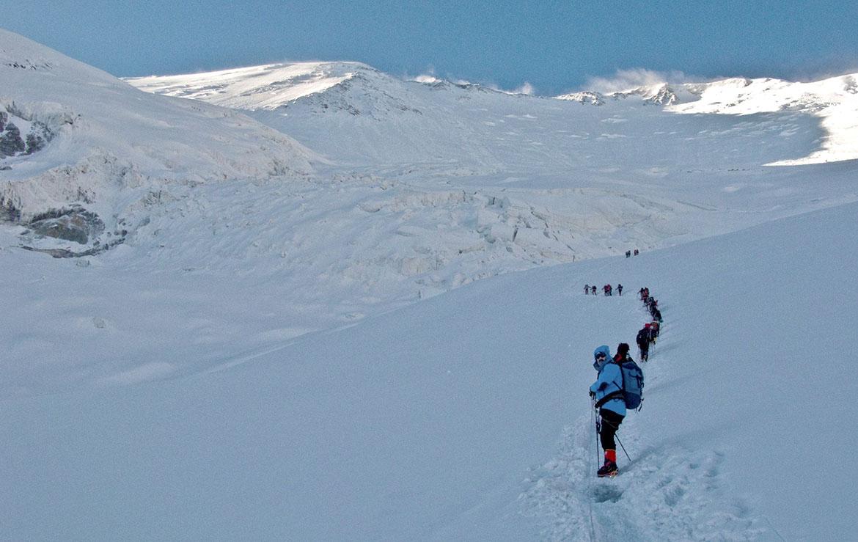 Equipo de expedición parte hacia el campo 2
