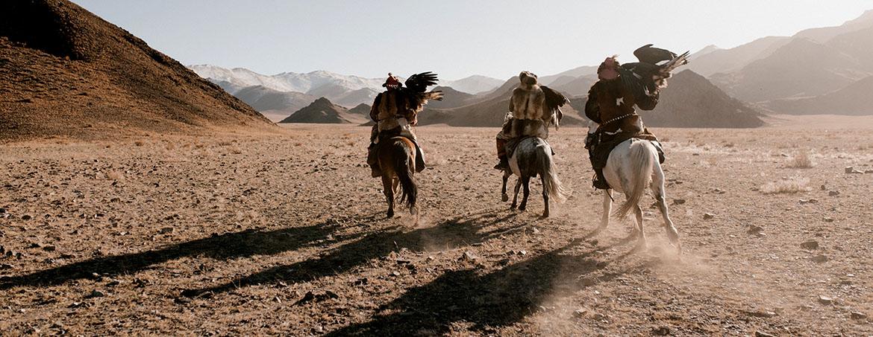 Jinetes cabalgan en Mustang Nepal