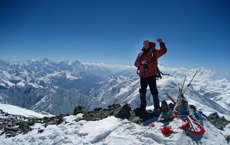 Alpinista en la cumbre del Pico Lenin