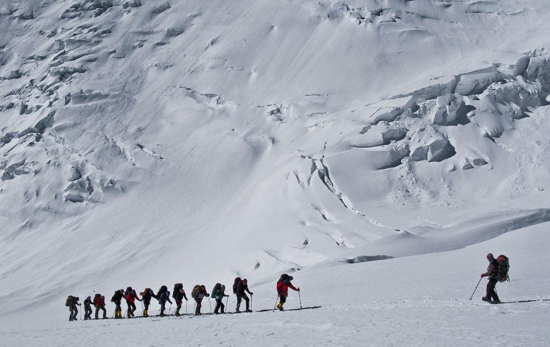 Grupo de expedicionarios asciende hacia el campo 2 del pico Lenin