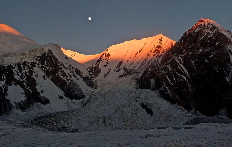 El sol se pone en el pico Lenin en Kirguistán