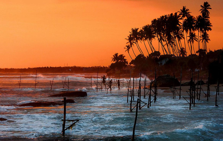 Pescadores tradicionales de Sri Lanka en la puesta de sol