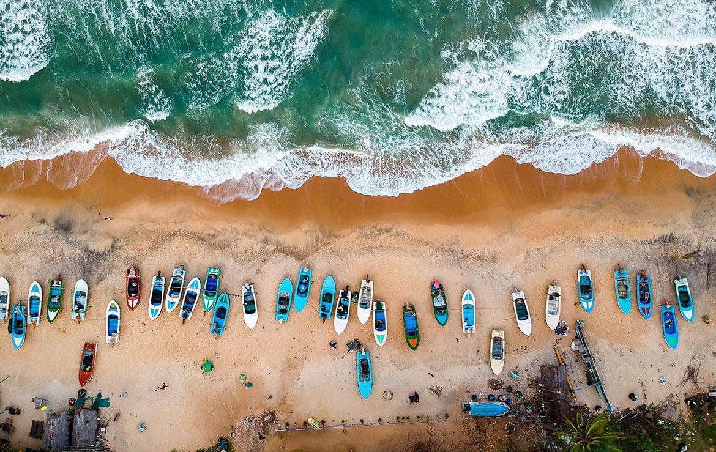 Playa con lanchas de pescadores en Sri Lanka