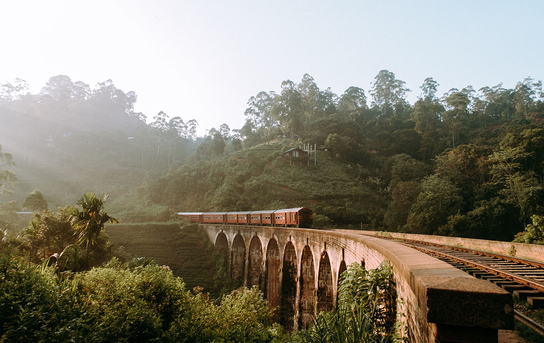 Tren en Sri Lanka pasando por un puente