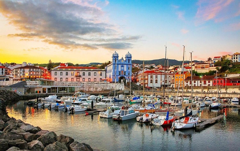 Vista de una ciudad colonial en las azores