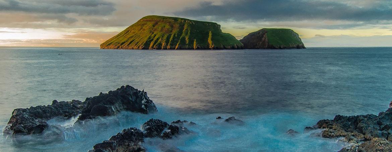 Un islote verde en medio del océano azul turquesa