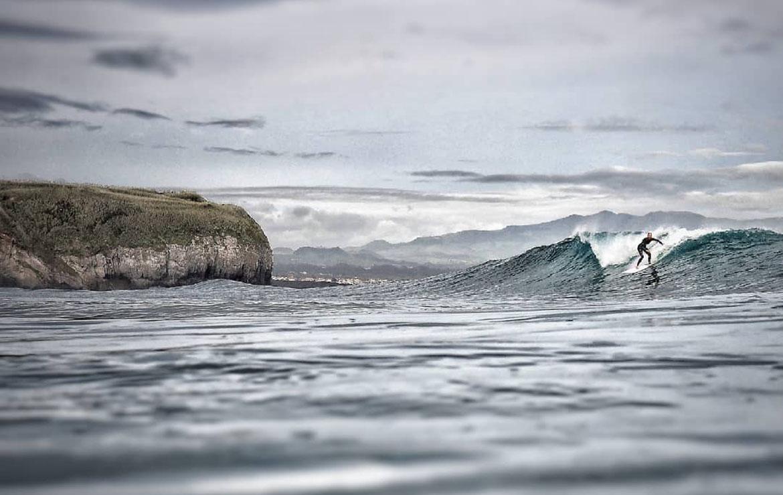 Surfera en una ola en las azores