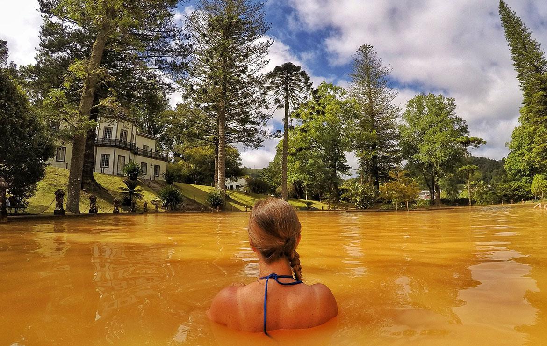 Chica disfruta de un baño termal en las azores