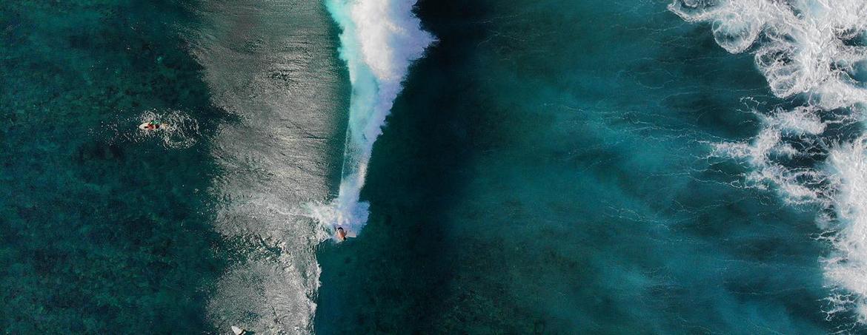 Vista aérea de una ola de arrecife con dos surferos
