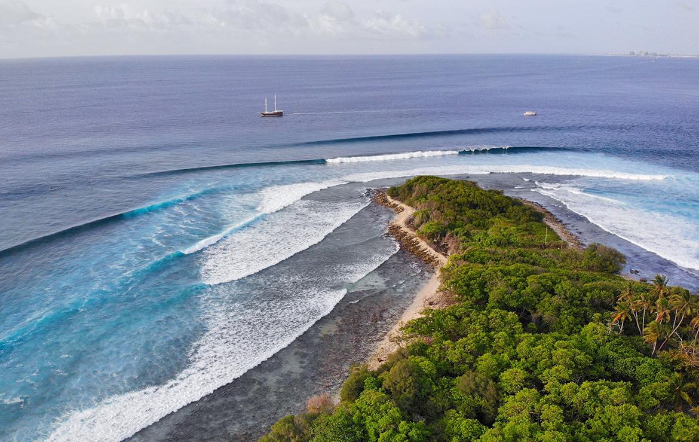 Point break con espectaculares olas a los dos lados