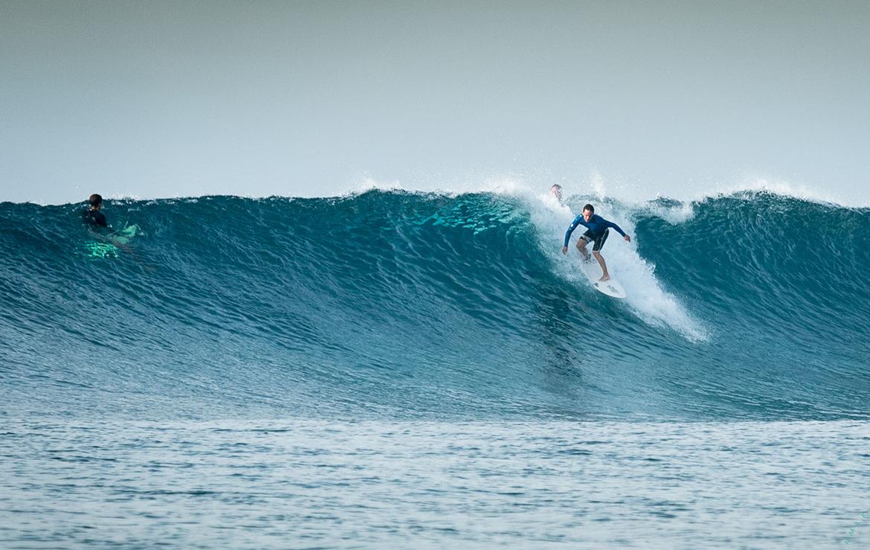 Surfer bajando una gran ola