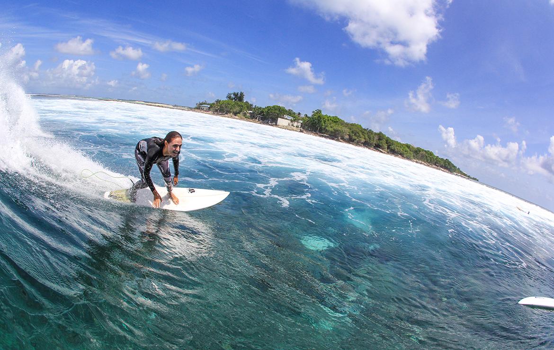 surfera disfruta de las olas de maldivas