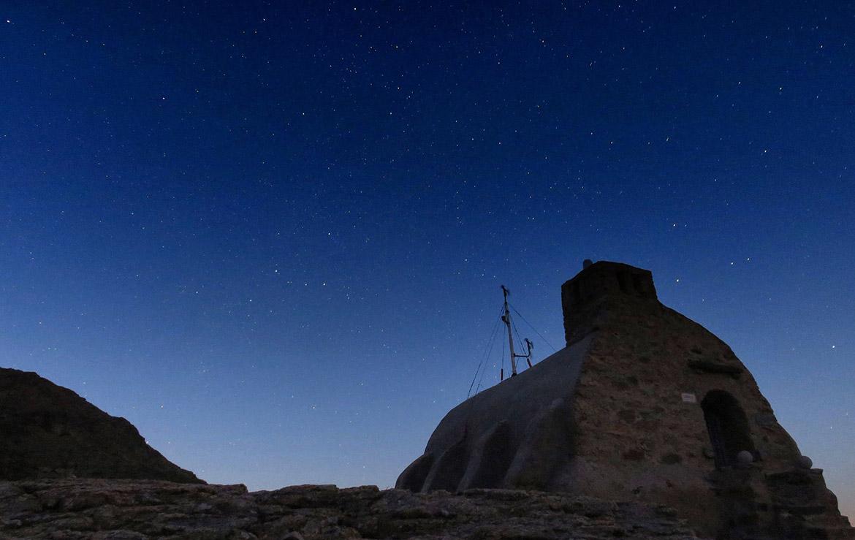 La noche cae sobre el refugio Zabala en la montaña de Madrid