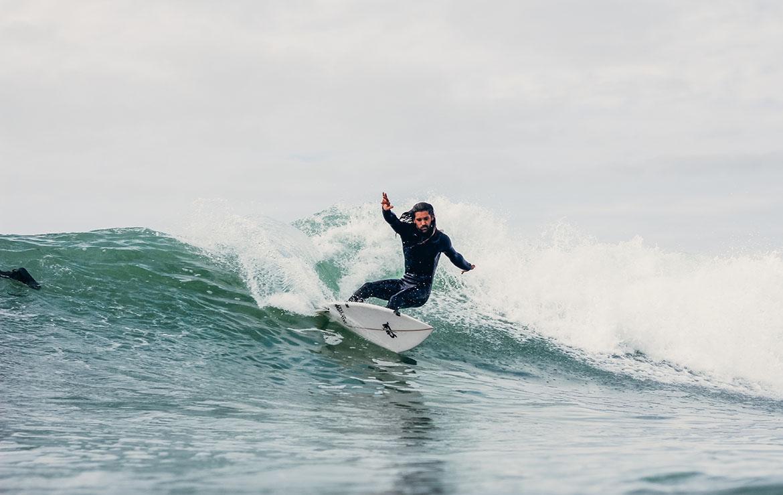 surfista haciendo un giro en una ola
