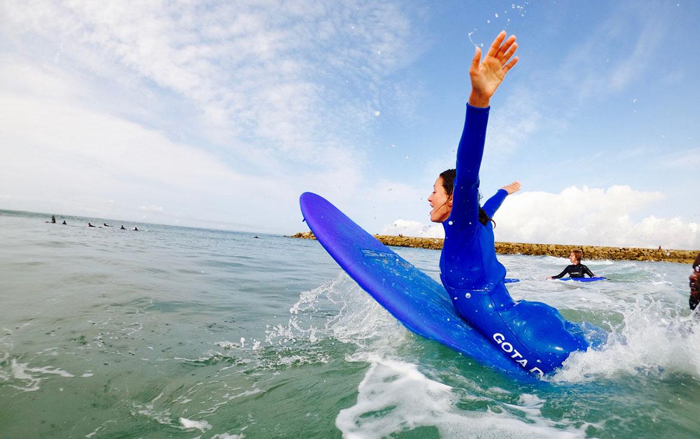 surfera disfruta del mar
