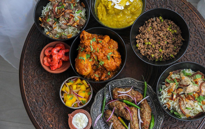Varios platos típicos de la cocina indonesia, entre ellos curry con verduras