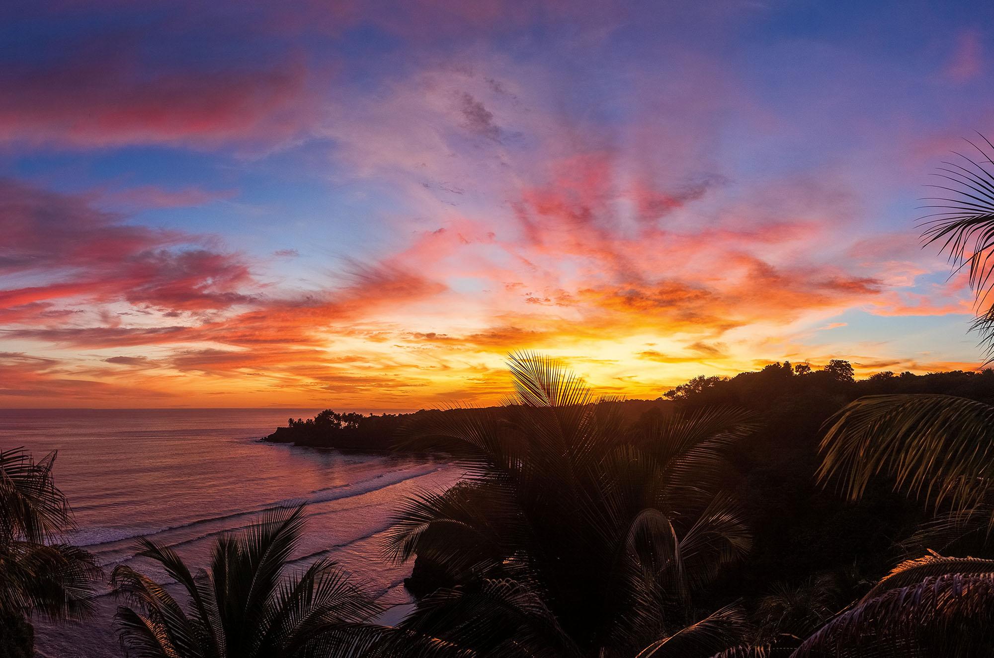 Puesta de sol en la playa de los mangos en El Salvador