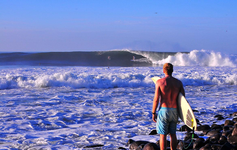Surfista contempla una ola en El Salvador