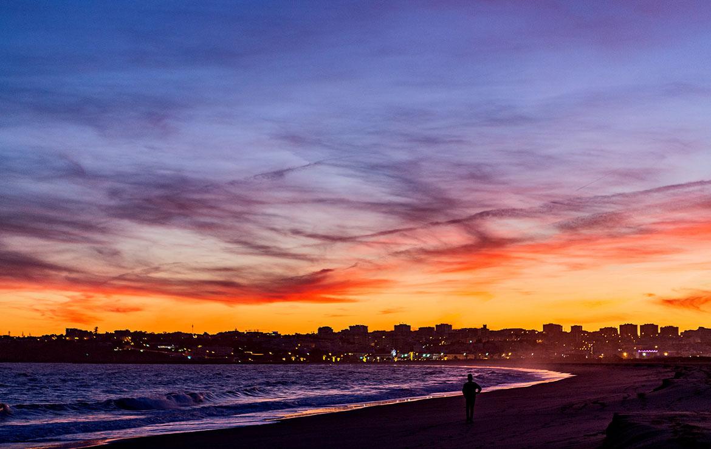 Paseo por la playa durante un surfcamp en Portugal