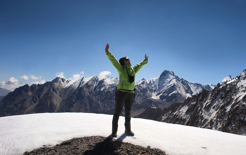 Mujer en una cumbre nevada de Kirguistán
