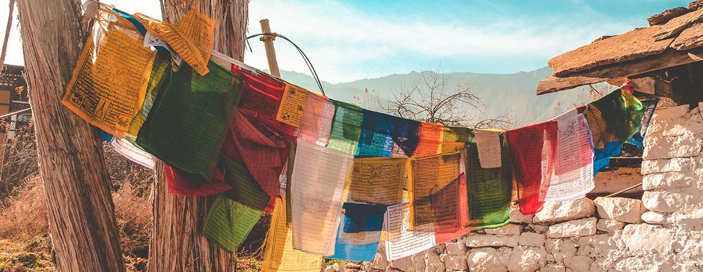 banderines de oración en Bután, el país más feliz del mundo