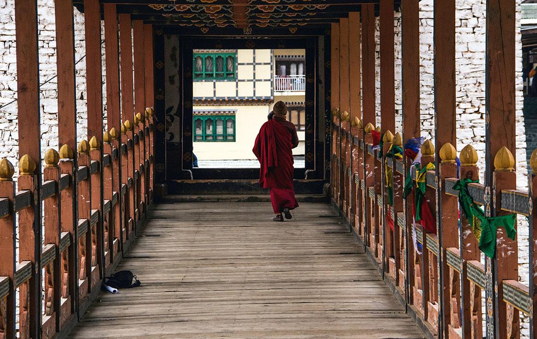 monjes en Bután, el país más feliz del mundo