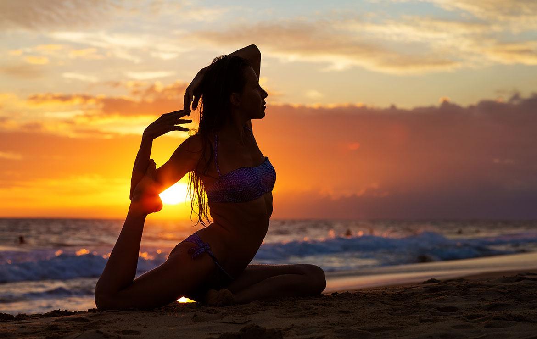 Girl practicing yoga at Mirissa, en Sri Lanka